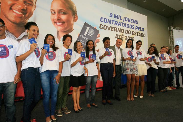 Governador posa ao lado de estudantes durante lançamento da iniciativa estadual - Foto: Luciano da Matta l Ag. A TARDE