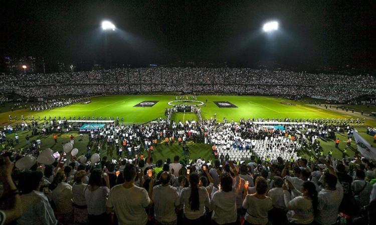 Mais de 100 mil pessoas foram homenagear a Chapecoense na Colômbia - Foto: Luis Acosta | AFP