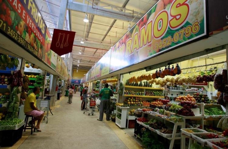 Comerciantes reclamam do calor dentro do Mercado do Rio Vermelho - Foto: Joá Souza | Ag. A TARDE | 04.12.2014