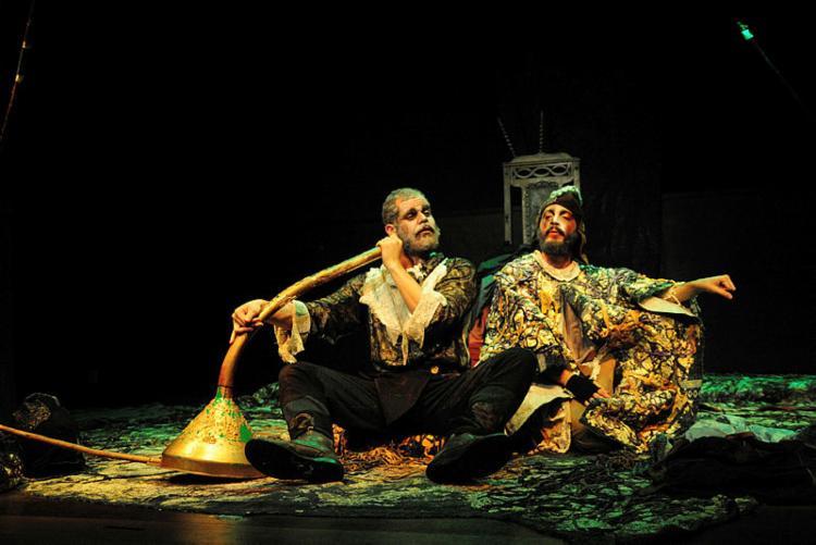 Os atores Danilo Cairo e João Guisande em cena da montagem - Foto: Edinah Mary | Divulgação