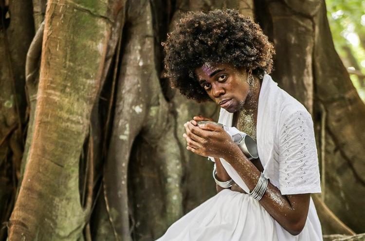 O ator Sulivã Bispo representa três personagens no solo - Foto: Andreia Magnoni l Divulgação