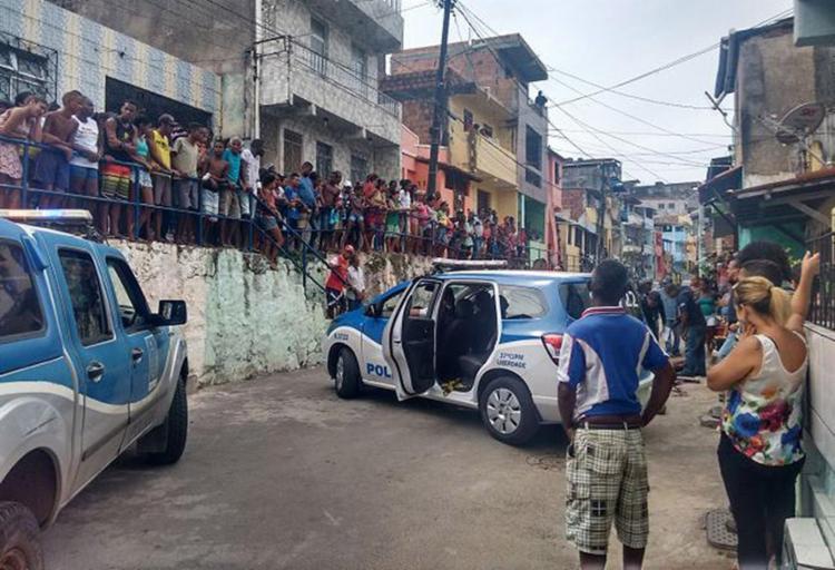 Muitos curiosos acompanharam o trabalho da polícia - Foto: Andreza Moura l Ag. A TARDE