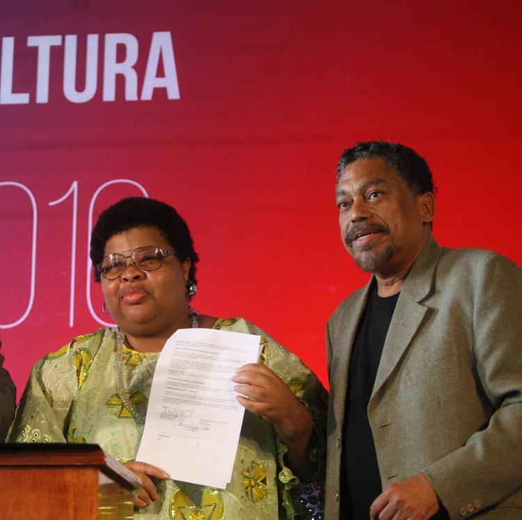 O secretário Jorge Portugal e uma das proponentes com projetos aprovados nos editais setoriais de 2016 - Foto: Raul Spinassé l Ag. A TARDE