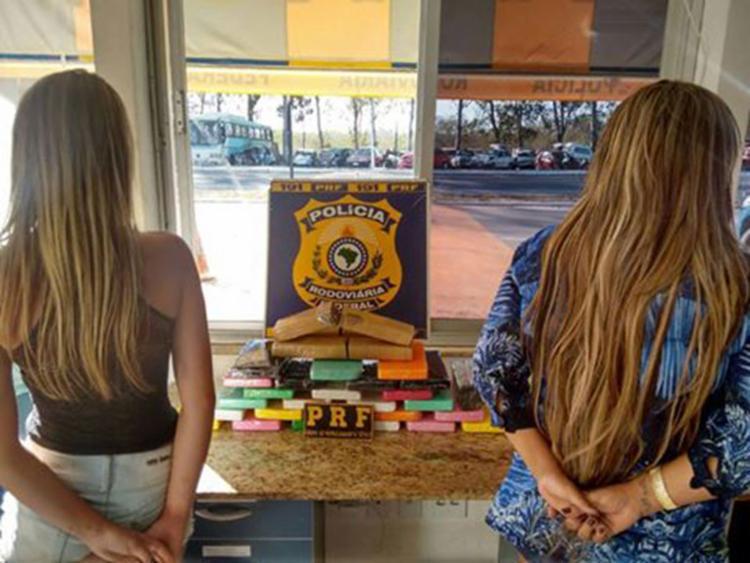 As mulheres de 20 e 40 anos transportavam 25 Kg de cocaína e 4 Kg de maconha - Foto: Divulgação | PRF