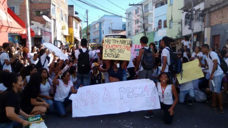 O protesto começou no início da tarde e tem cerca de 250 estudantes no local - Foto: Ana Paula Santos | Ag. A TARDE