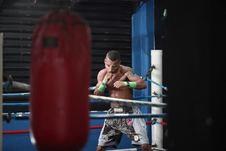 Robson em treino na Academia Champion em Salvador antes da viagem para os EUA - Foto: Raul Spinassé l Ag. A TARDE