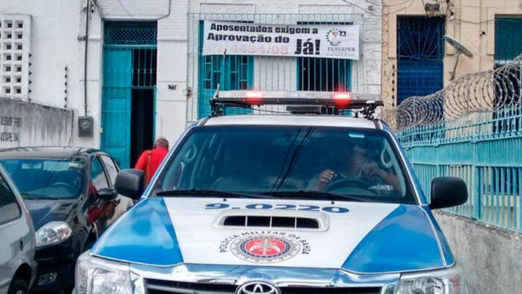 Jadson tentou entrar no imóvel da Feasapeb pela janela, mas ficou preso - Foto: Edilson Lima | Ag. A TARDE