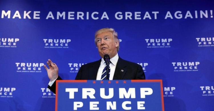 Candidato republicano foi retirado do palco por agentes do Serviço Secreto - Foto: REUTERS   Carlo Allegri