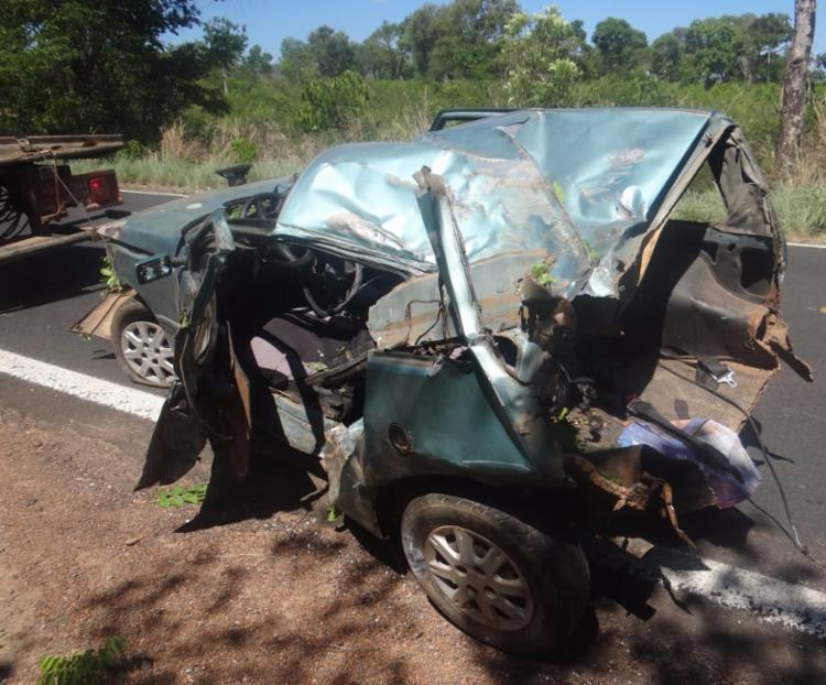 O veículo, um Fiat Uno, ficou destruído - Foto: Reprodução | Sigi Vilares