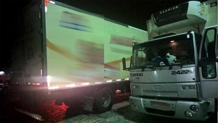 Os veículos recuperados são um Ford Cargo 2422 e um Ford Cargo 1717 - Foto: PRF | Divulgação