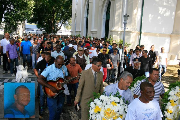 Comoção e revolta marcaram sepultamento do corpo de Marivaldo (destaque) no Campo Santo - Foto: Joá Souza l Ag. A TARDE