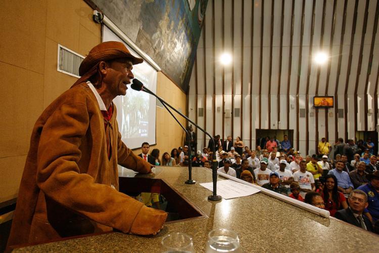 O vaqueiro Valmir Velozo faz discurso da tribuna - Foto: Raul Spinassé l Ag. A TARDE
