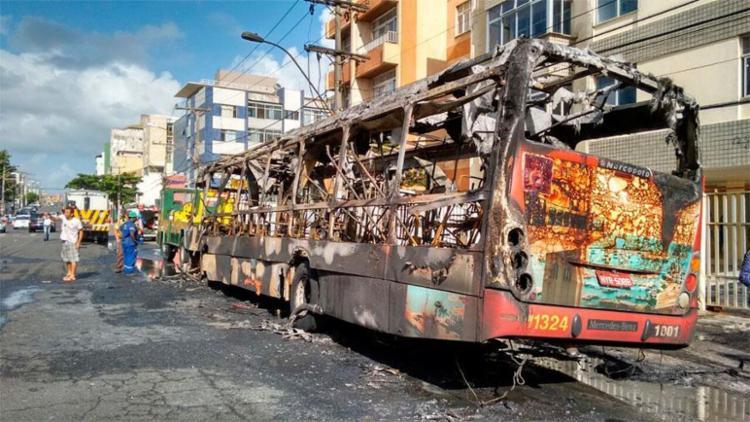 Ninguém ficou ferido no incêndio que ocorreu na manhã desta segunda - Foto: Edilson Lima   Ag. A TARDE