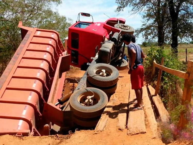 Ninguém ficou ferido no acidente com o caminhão - Foto: Reprodução   Blog Sigi Vilares