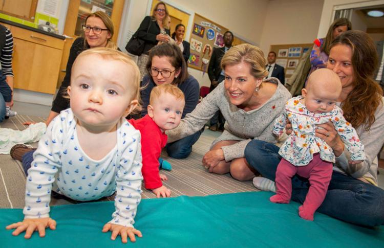 Deixar o berço do bebê perto da cama pode diminuir os casos em até 50% - Foto: Dominic Lipinski/Pool | Reuters