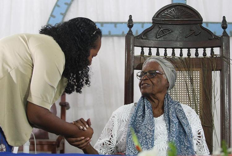 Visitantes fizeram fila para reverenciar e pedir bênção à sacerdotisa de 91 anos - Foto: Raul Spinassé l Ag. A TARDE