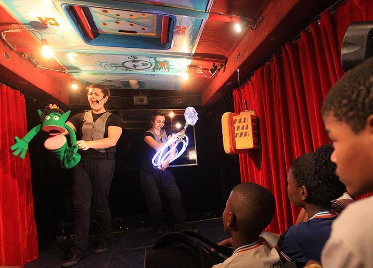 Alunos assistem a peça no ônibus adaptado com palco no bairro de Sussuarana - Foto: Lúcio Távora l Ag. A TARDE