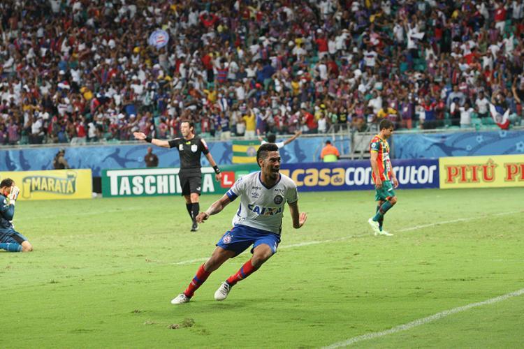 Hernane corre para comemorar o seu gol no apagar das luzes - Foto: Margarida Neide l Ag. A TARDE