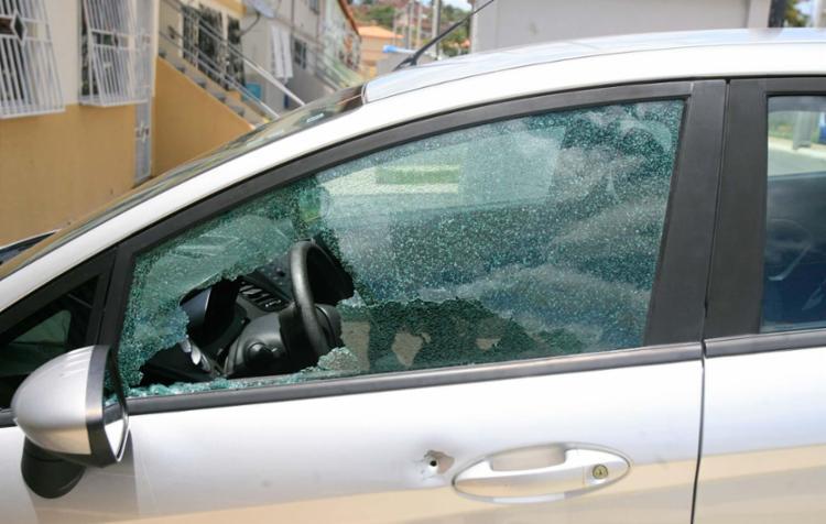 Carros e casas foram atingidos por tiros em Simões Filho - Foto: Edilson Lima | Ag. A TARDE