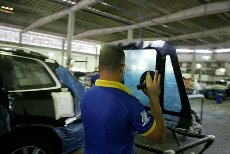 Os vidros dos veículos são substituídos e recebem aplicação de camadas de resina sintética - Foto: Xando Pereira / Ag. A TARDE