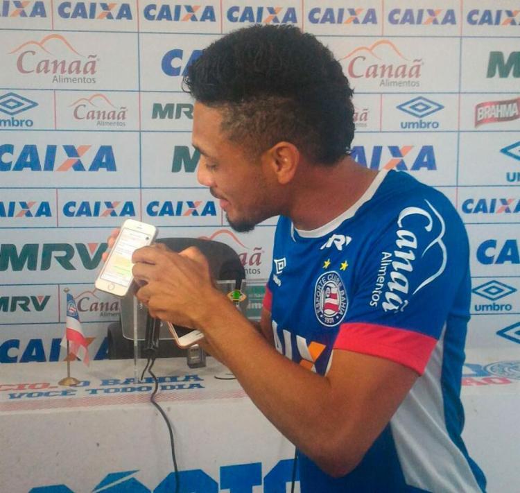 Hernane mostrando as mensagens após a coletiva - Foto: Vitor Villar | Ag. A Tarde