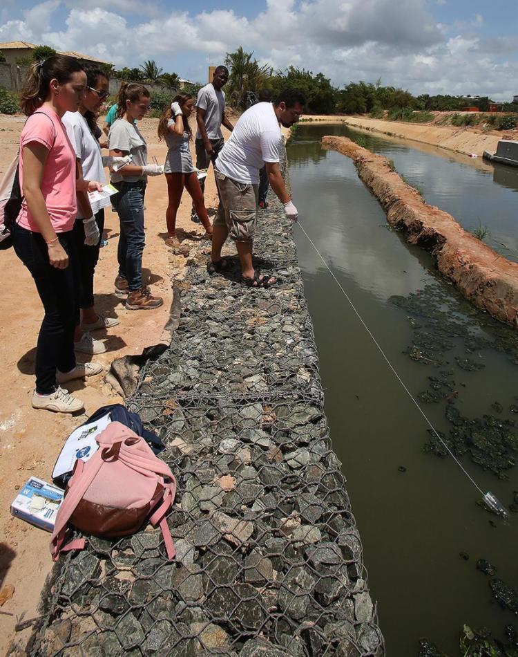 Grupo faz coleta no Trobogy, rio canalizado, assoreado, sem vegetação nas margens - Foto: Mila Cordeiro l Ag. A TARDE