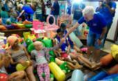 Volante Juninho visita crianças com câncer e distribui presentes | Foto: