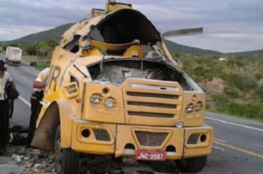 Veículo da empresa ficou danificado com a explosão - Foto: Divulgação l Blog do Anderson