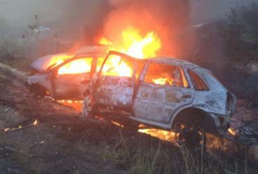 Carros pegam fogo após colisão na BR-101; duas pessoas morreram