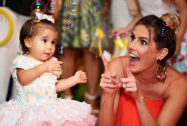 Atriz Deborah Secco comemora 1 ano de sua filha com baiano