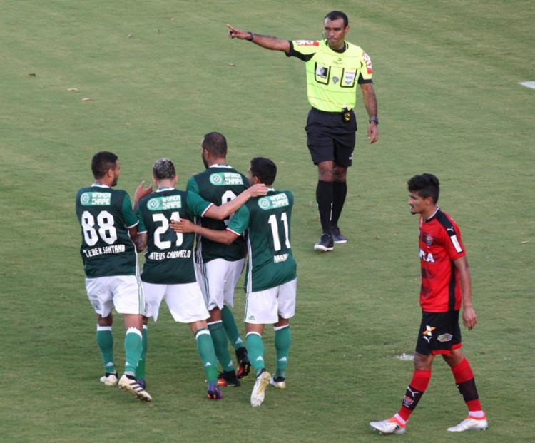 Leão saiu na frente e tomou virada, mas segue na Série A - Foto: Raul Spinassé / Ag. A TARDE