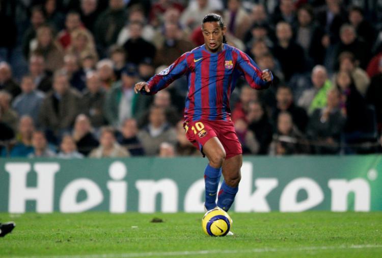 Ronaldinho foi melhor jogador do mundo jogando com a camisa do Barça - Foto: Reprodução | Twitter | Ligadecampeones