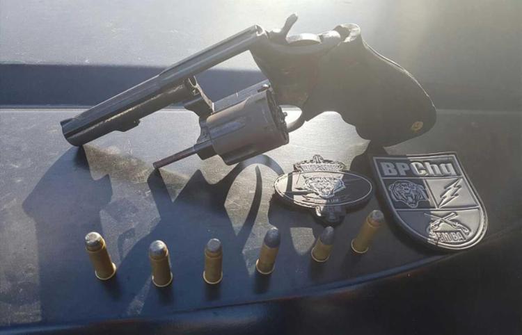 Quatro armas e drogas foram apreendidos com os suspeitos - Foto: Polícia Civil | Divulgação
