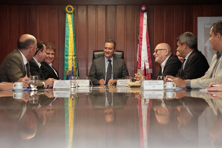Rui e executivos da Betânia Leites durante a assinatura do protocolo de intenções - Foto: Mateus Pereira l Gov-BA