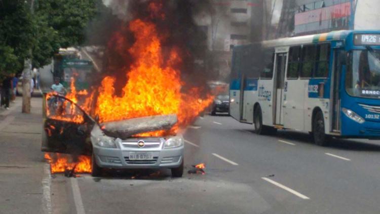Carro pegou fogo na avenida Tancredo Neves, em Salvador - Foto: Nicolas Melo | Ag. A TARDE