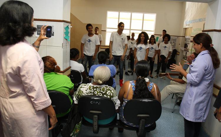 Integrantes do Núcleo Liberdade alegraram pacientes em tratamento na unidade de saúde com uma cantata - Foto: Joá Souza l Ag. A TARDE
