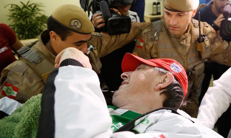 Henzel chega ao hospital em Chapecó, onde vai continuar o tratamento - Foto: Marcio Cunha | AFP Photo