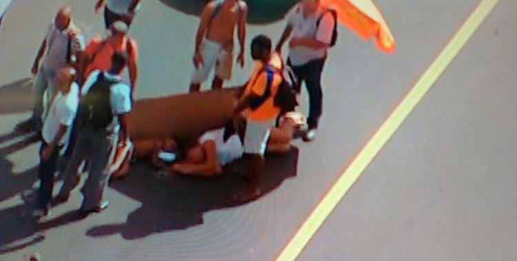 Vítimas estavam deitadas no chão após atropelamento nesta terça - Foto: Reprodução | TV Record
