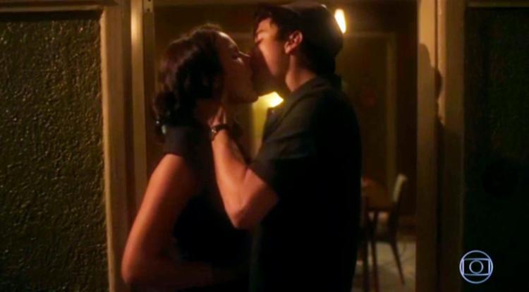 Atriz virou assunto ao aparecer pelada em uma cena de sexo com Davi (Jesuíta Barbosa) - Foto: Reprodução   TV Globo