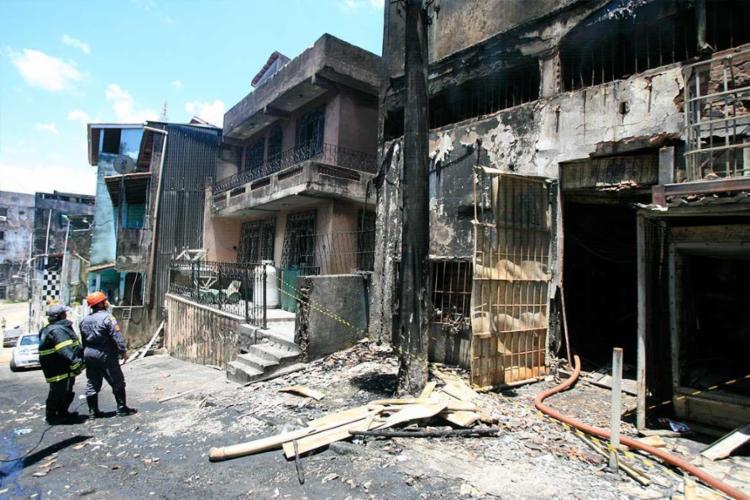 O incêndio teve início nos fundos do estabelecimento - Foto: Edilson Lima | Ag. A TARDE