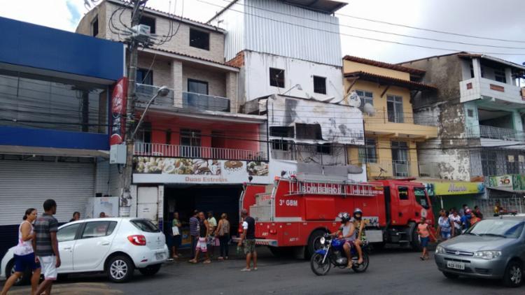 Bombeiros trabalharam nesta manhã no rescaldo do incêndio - Foto: Edilson Lima | Ag. A TARDE