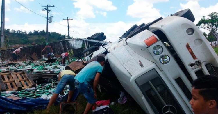 Carga com refrigerantes foi saqueada por pessoas que passavam pelo local - Foto: Divulgação   Concessionária Bahia Norte