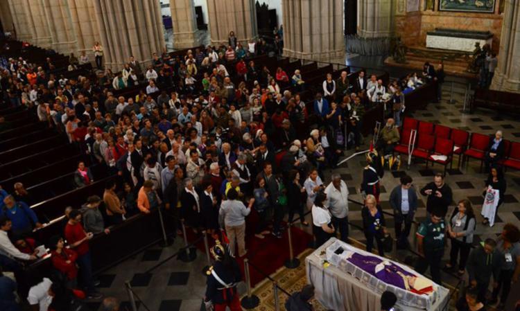Fiéis formam fila para se despedir de dom Paulo Evaristo Arns, na Catedral da Sé - Foto: Rovena Rosa | Agência Brasil