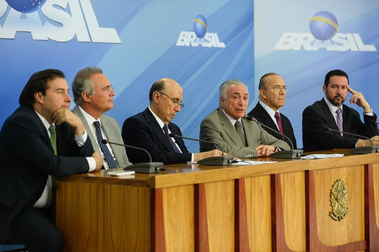 Michel Temer e o ministro da Fazenda, Henrique Meirelles, durante o anúncio das medidas para estimular a retomada do crescimento - Foto: Andressa Anholete l AFP Photo