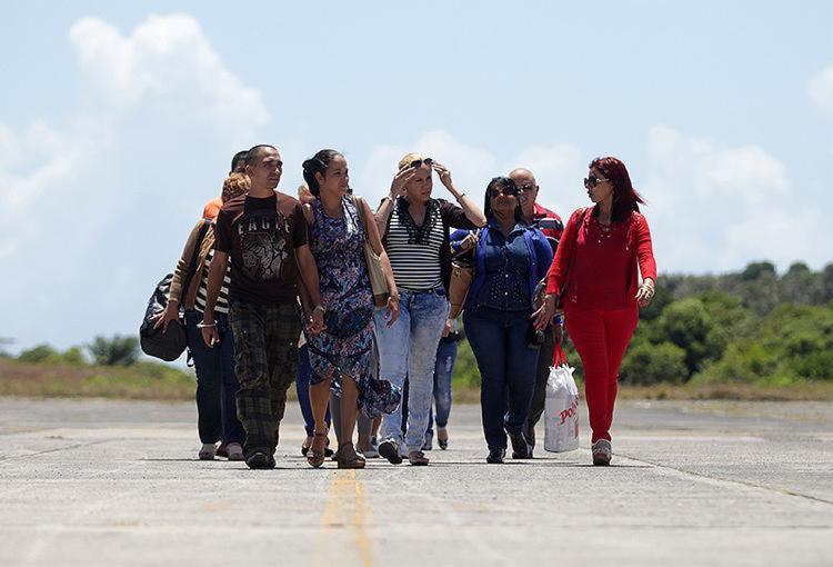 Profissionais chegaram à Base Aérea de Salvador - Foto: Raul Spinassé l Ag. A TARDE