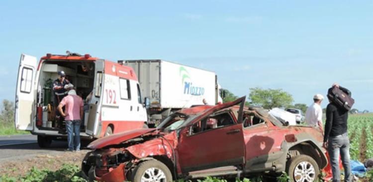 Veículo capotou após pneu estourar - Foto: Reprodução   Blog do Sigi Vilares