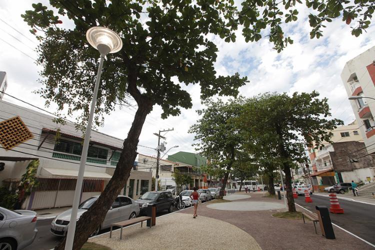 Rua Fonte do Boi tem 900 m² de calçadas em pedra portuguesa, além de galerias de drenagem recuperadas - Foto: Raul Spinassé l Ag. A TARDE