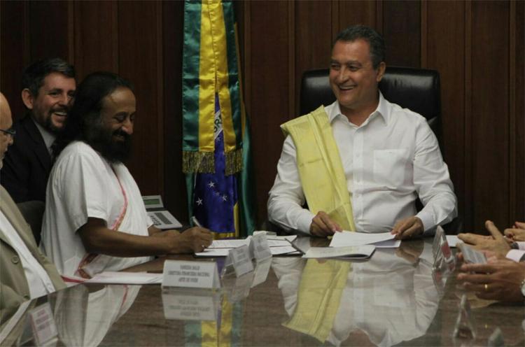 Governador Rui Costa recebeu o líder humanitário Sri Sri Shankar - Foto: Daniele Rodrigues l Gov-BA