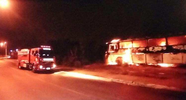 Veículo foi incendiado por volta das 22h; ninguém ficou ferido - Foto: Reprodução   TV Record