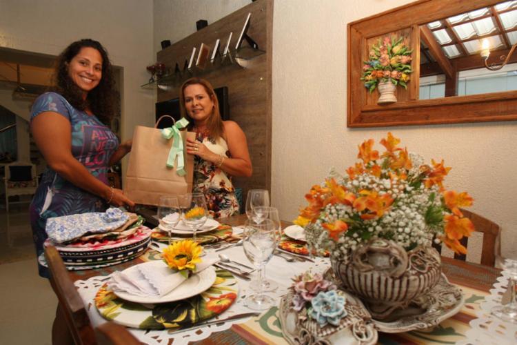 Sheila, proprietária da SS Mimos de Casa, faz ornamentação de mesa e encontrou na vizinha Ana uma cliente e amiga - Foto: Mila Cordeiro | Ag. A TARDE